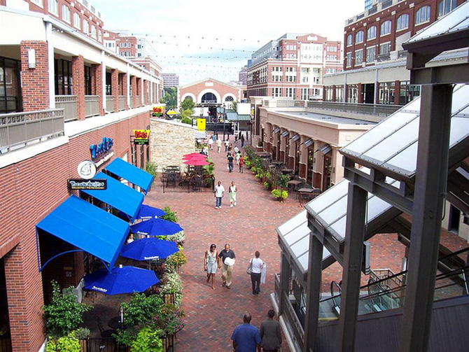 The entertainment & dining courtyard of Atlantic Station g